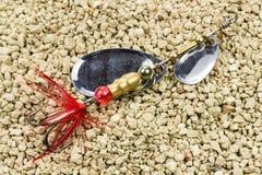 Metal le fileur pour la capture des poissons prédateurs sur le fond de la terre rocheuse Photo libre de droits