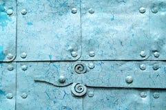 Metal le fond industriel bleu lumineux avec la peinture d'épluchage Images libres de droits