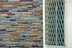 Metal le gril au-dessus de l'hublot près d'un mur de briques coloré Photo libre de droits