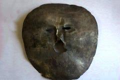 Metal le masque de l'argent et du fond foncé images libres de droits