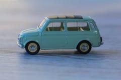 Metal le modèle de la mini voiture, vieux plan rapproché de jouet Photographie stock
