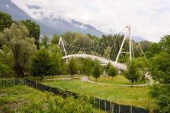 Metal le pont dans l'arc du cercle avec deux voûtes Photos stock