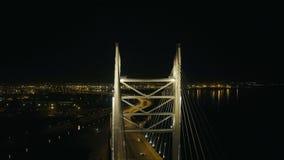 Metal le pont resté par câble de construction pour le mouvement de voiture dans la ville moderne de nuit banque de vidéos