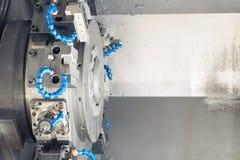 Metal le processus de usinage vide sur le tour avec les outils et le liquide réfrigérant à la fabrication en acier Photo libre de droits