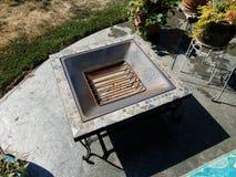 Metal le puits ou le gril du feu sur la dalle de ciment photographie stock