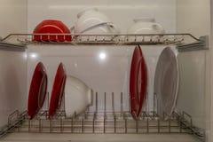 Metal le séchage pour des plats de deux sections, construits dans la boîte de cuisine images stock