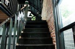 Metal le scale nel concetto interno o moderno della caffetteria, Immagini Stock