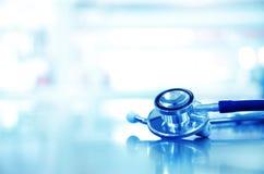 Metal le stéthoscope pour le diagnostic de docteur dans le laborator bleu de la science images stock