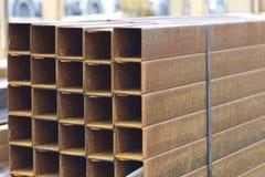 Metal le tuyau de profil de la section transversale rectangulaire dans les paquets à l'entrepôt des produits métalliques photo libre de droits