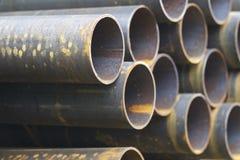 Metal le tuyau de profil de la section ronde dans les paquets à l'entrepôt des produits métalliques photographie stock