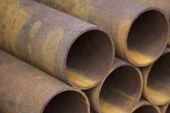 Metal le tuyau de profil de la section ronde dans les paquets à l'entrepôt des produits métalliques photo libre de droits
