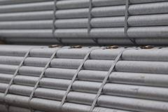 Metal le tuyau de profil de la section ronde dans les paquets à l'entrepôt des produits métalliques images libres de droits