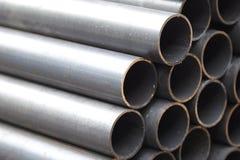 Metal le tuyau de profil de la section ronde dans les paquets à l'entrepôt des produits métalliques image stock