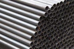 Metal le tuyau de profil de la section ronde dans les paquets à l'entrepôt des produits métalliques photos libres de droits