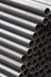 Metal le tuyau de profil de la section ronde dans les paquets à l'entrepôt des produits métalliques photo stock