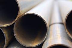 Metal le tuyau de profil de la section ronde dans les paquets à l'entrepôt des produits métalliques images stock