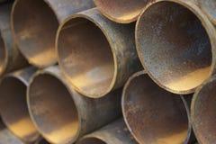 Metal le tuyau de profil de la section ronde dans les paquets à l'entrepôt des produits métalliques photographie stock libre de droits