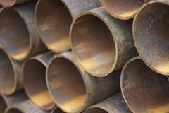 Metal le tuyau de profil de la section ronde dans les paquets à l'entrepôt des produits métalliques image libre de droits