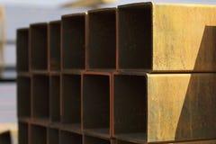 Metal le tuyau de profil de la section transversale rectangulaire dans les paquets à l'entrepôt des produits métalliques photo stock