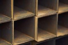 Metal le tuyau de profil de la section transversale rectangulaire dans les paquets à l'entrepôt des produits métalliques image stock