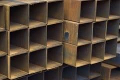 Metal le tuyau de profil de la section transversale rectangulaire dans les paquets à l'entrepôt des produits métalliques photos stock