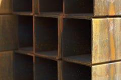 Metal le tuyau de profil de la section transversale rectangulaire dans les paquets à l'entrepôt des produits métalliques photographie stock