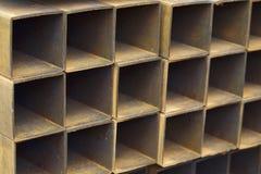 Metal le tuyau de profil de la section transversale rectangulaire dans les paquets à l'entrepôt des produits métalliques images stock