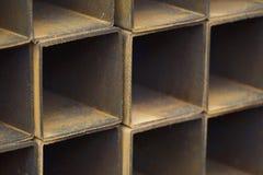 Metal le tuyau de profil de la section transversale rectangulaire dans les paquets à l'entrepôt des produits métalliques photographie stock libre de droits