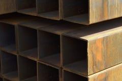 Metal le tuyau de profil de la section transversale rectangulaire dans les paquets à l'entrepôt des produits métalliques images libres de droits