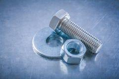 Metal le vis-écrou de screwbolt de joint de boulon sur le dos métallique rayé Photographie stock