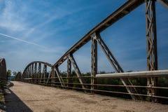 Metal les barrières sur le pont le jour ensoleillé Route avec le cra photos libres de droits