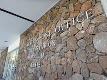 Metal les lettres qui orthographient le bureau de poste des Etats-Unis, stat de Waikiki Photographie stock