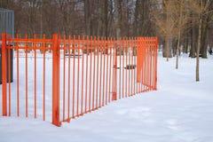 Metal les portes et la barrière en parc à l'hiver Images libres de droits