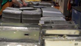 Metal les récipients avec du beurre au tir d'installation laitière clips vidéos