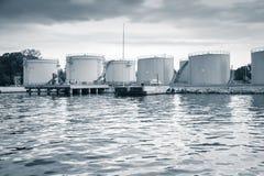 Metal les réservoirs de stockage de pétrole sur la côte dans le port de Varna Photos libres de droits