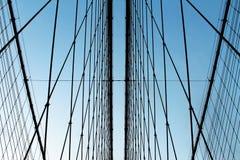 Metal les tiges de renfort de fils de pont contre le ciel bleu image libre de droits