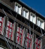 Metal les tuyaux et les fenêtres rouges d'un bâtiment près du Burg Altena images stock