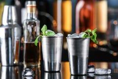 Metal les verres avec le cocktail savoureux de julep en bon état sur le compteur de barre images stock