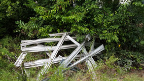 Metal a lo largo de árboles y de la hierba Foto de archivo