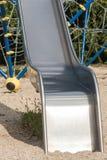 Metal lo scorrevole con la scala di corda ed il labirinto nel fondo fotografia stock libera da diritti
