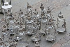 Metal lo stile d'annata della lanterna da vendere nel mercato degli oggetti d'antiquariato Immagine Stock Libera da Diritti