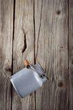 Metal los accesorios de la cocina en el fondo de madera, aún vida Foto de archivo