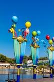 Metal los polos decorativos con los globos en parque de atracciones Imagen de archivo libre de regalías