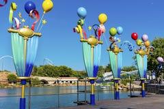 Metal los polos decorativos con los globos en parque de atracciones Fotos de archivo