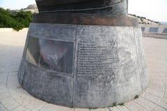 Metal los remanente de la torre gemela caida en la plaza conmemorativa de vida del 11 de septiembre en Jerusalén Foto de archivo libre de regalías