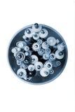 Metal los tornillos y los ejes de gusano con las ruedas dentadas y los engranajes plásticos adentro fotos de archivo