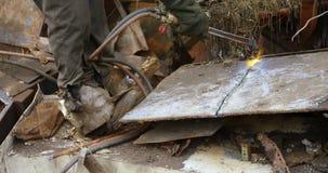 Metal masculino del corte del trabajador con el manejo de la antorcha 4k almacen de video