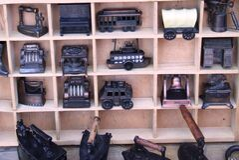 metal-miniatures-on-wooden-shelf Stock Photos