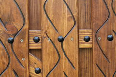 Metal na drewnianej ścianie obrazy stock
