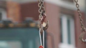Metal noos отбрасывая на крюке для цепного блока на строительной площадке, slowmotion акции видеоматериалы